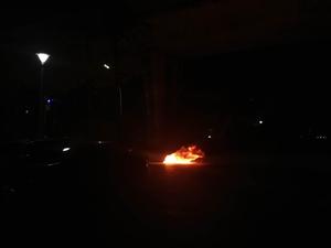 明珠北巴士站路口一�v摩托�突然起火,��剩���ぁ�