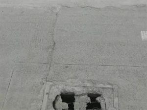 博奥学校门口附近路面井盖损坏