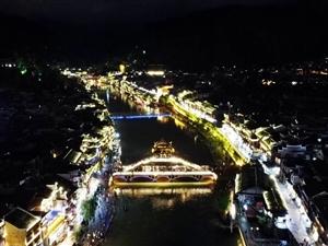 骑行西藏到达凤凰古城,人很少,夜景不错!
