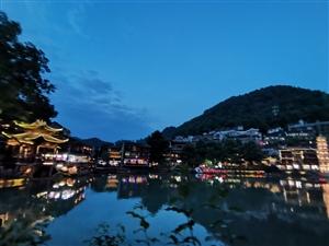 信丰小伙骑行西藏,到达重庆秀山,却留恋凤凰古城夜景!为啥?