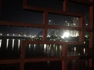凌晨十二点这座桥上坐着的人…