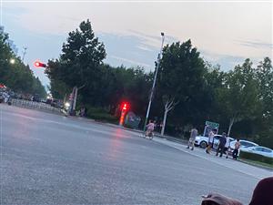 昨天傍晚,一群大爷+大妈闯红灯