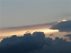 天,已到黄昏;地,物产丰富;人,悠闲自得;和,其乐融融。我,步伐轻盈;爱,一