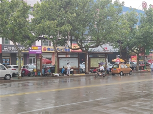 博城三路南侧公交站下雨天成了商贩的'避雨亭'