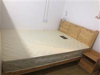 出售一张原木色实木床?床垫(1.5m),购于18年,维护很好,9.5成新,送旁边的床头柜。上门自取,...
