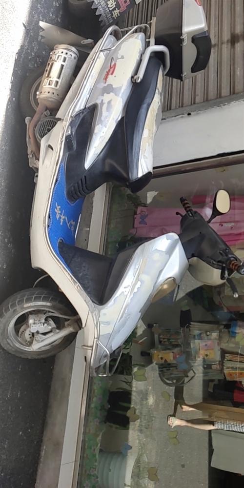 枝江城区有一辆二手的125踏板车出售,价格很美丽500元!车况很好,提速很快!就是无牌无证!有想法滴...