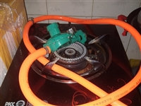 闲置一套煤气灶,九成新,煤气罐是大罐的,煤气是满的,如有需要请电话联系