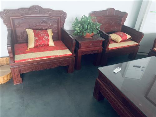 实木红木家具大套,喜欢的联系,照片中所拍到的都是一起要卖的,因为是没有长住的房子疫情回来住,想卖了,...