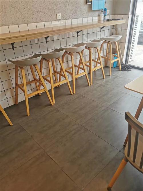 120×70桌椅六套,70×70桌椅三套,吧台凳六个,全部九成新,用了还没一年,低价出售