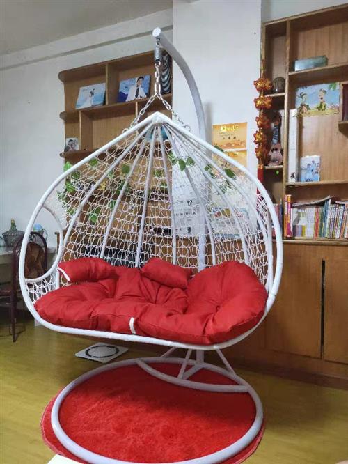 双人摇篮吊椅,如图白篮红色垫,九成新,家里闲置,低价出,自提。