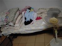 房间里有两个床,太占地方了,平时我在上面放不要的东西。 这个床是1.6米的、刚买不到一年的实木床,...