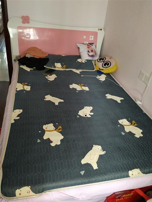 這是一款全友家居床,寬是1.2米,6到7成新