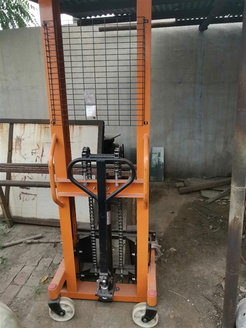 精品手动液压叉车2.5吨,一手99新,只用过一两次,现在闲置。2300元买的,价格可谈