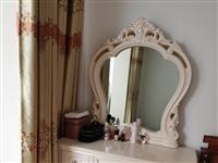 梳妆台加凳子,欧式,白色,九五新,实木的,质量很好。低价转让