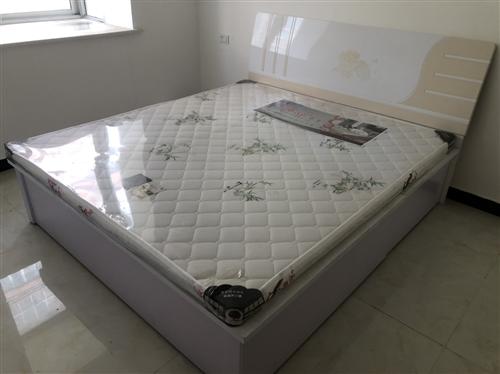 合阳天怡园出售1米8大床2张,一张**。一张9成新。床底都可放衣物。便宜处理。价格面议,有意者电联1...