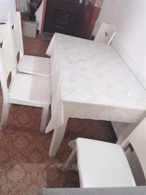 因为搬新家的原因  用不上餐桌 处理9成新的餐桌一张 外加4张凳子  脚凳都没有拆封  价格500元...