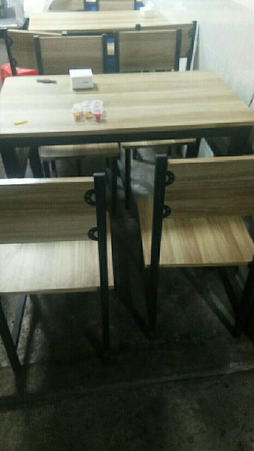 一张桌子配四条板凳30元一套,一共五套!要的搞快