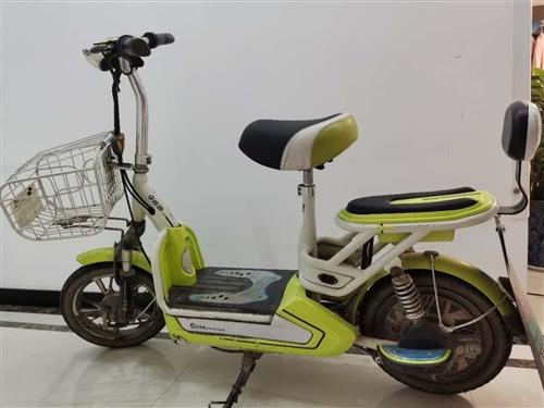 雅迪電動車  ,8成新, 17年買的,剛換了天能電池,騎著輕便,車子沒毛病,大燈、充電器都很好,上班...