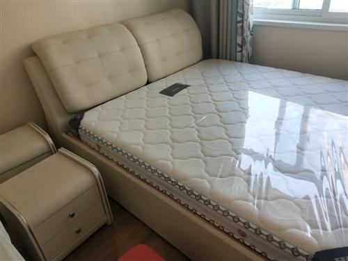 滴血价出售2米大床一张,八成新,带新床垫,两个床头柜。也可以看东西,需要提前联系我。不带拆装跟搬运,...
