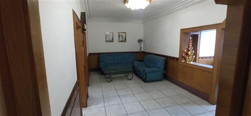 迎宾大道繁华地段。离小学中学菜场近。三室两厅一厨一卫,95平米,坐南朝北,3/7层。