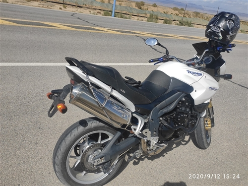 出售凯旋虎1050CC摩托车一辆,3缸电喷水冷+油冷,效果杠杠的,车子太猛驾驭不了顾出售,车在德令哈...