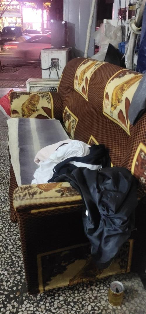 沙發出售,需要的過來看…