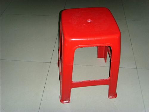 求购二手塑料方凳,有处理的和我联系。谢谢平台。