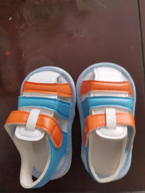 **婴儿鞋,一次都没穿过,买来28一双,现价两双20元,亏本卖,17码6个月以上婴儿穿的,需要请联系...