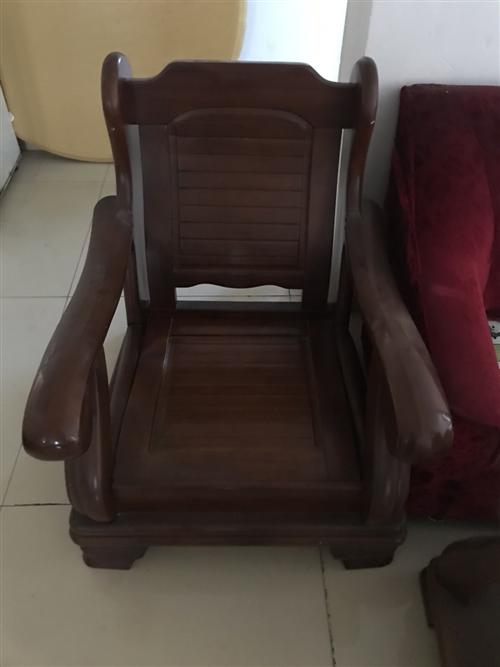 一套实木沙发