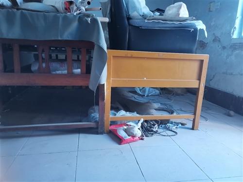 闲置处理:单人木床,共四张。多功能医用护理床一张。一米二**床垫。冀州市自提。
