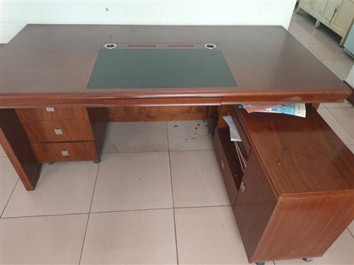 以前自己用的办公桌,1.8米现在闲置出售,三件套。实木家具。成色新。河西建材市场买的,2000入手。...