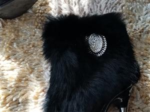 兔毛加绒女靴 号码为36,内里加绒,外面是真兔毛,很温暖,买来试穿过一回,因为略小,就闲置了,喜欢...