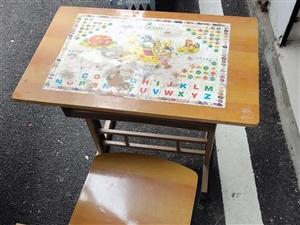 六成新儿童小书桌全套,桌子在五柳树市场里,有需要的宝宝们请自提哦!谢谢