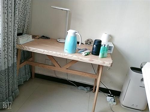 闲置桌子一张。几乎没有怎么用过,新的一样。可以给孩子写作业用,或当电脑桌