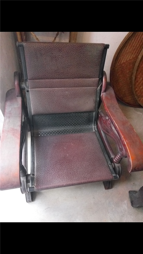实木沙发便宜卖,只要40元,沙发非常牢固,9层新,在城西莲花垅对面上方。
