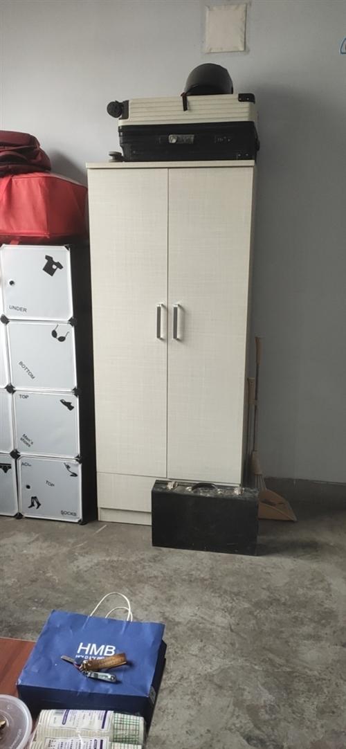 本人搬家了,这些家具出售,需要的可以联系我,柜子,床头柜三个,茶几,沙发床,还有一个床