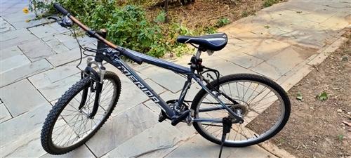 自骑3年的山地车,车架完好,前后闸,前后变速全都好使,车骑的轻巧,后轮外带是新的,入手直接骑