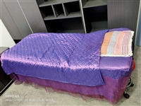 美容床一张80*200的,加厚铁架,上下二层,放东西方便。带床套三件套,送美容凳。可送货上门。