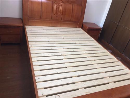 超值!1.8*2米实木床。99新,可以送货到家!三张一样的,打包价格优惠。