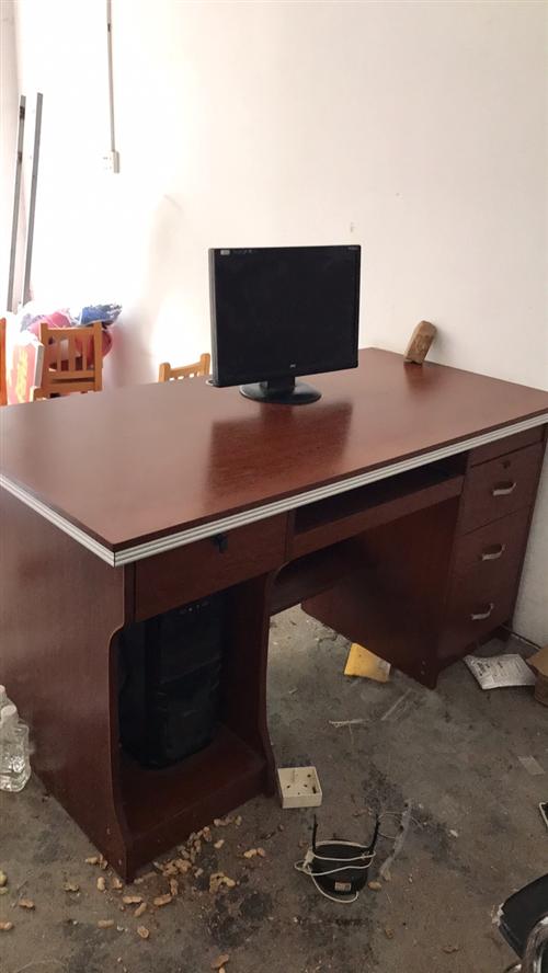 電腦辦公桌長1米4寬70公分,九成新,老隆自提。