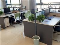 九成新办公家具低价出售?? 办公工位+抽屉柜+电脑主机托盘。 含老板桌+坐椅    有意者联系...