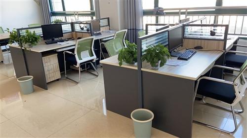 九成新辦公家具低價出售?? 辦公工位+抽屜柜+電腦主機托盤。 含老板桌+坐椅    有意者聯系...