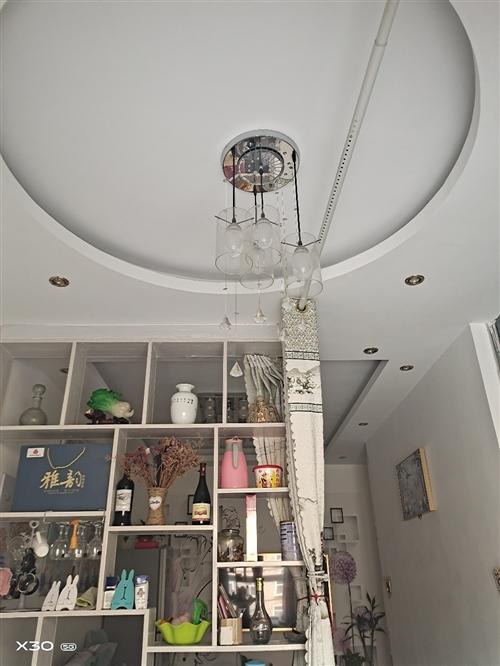 因換燈,便宜出售客廳燈,餐廳燈共2套,都是正常使用的,有意電聯18866833376