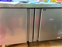 不锈钢冷藏操作台,出售一台不锈钢冷藏操作台,两月前购买,冷藏舱从未使用,几乎**,水果店餐厅甜品店必...