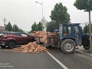 交通事故!天元上东城河东小区附近一辆拉那砖的车和小车相撞