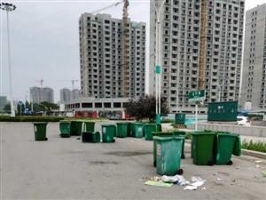 来评评理!小区垃圾桶都快把路堵上了