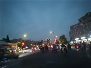 货车多!灌云伊尹路与长安大道交叉路口处,红绿灯不知是何原因暂停工作。请大家注意安全!!