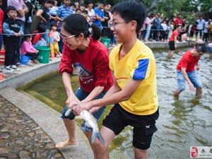 永春举办徒手抓鱼大赛,吸引近百人参加