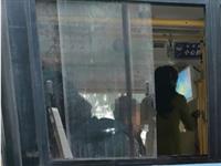 坐公交��手把垃圾扔死出窗外,目�y是是附近的小�W生。