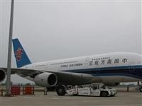 全球最大客机空客A380首次降落郑州机场